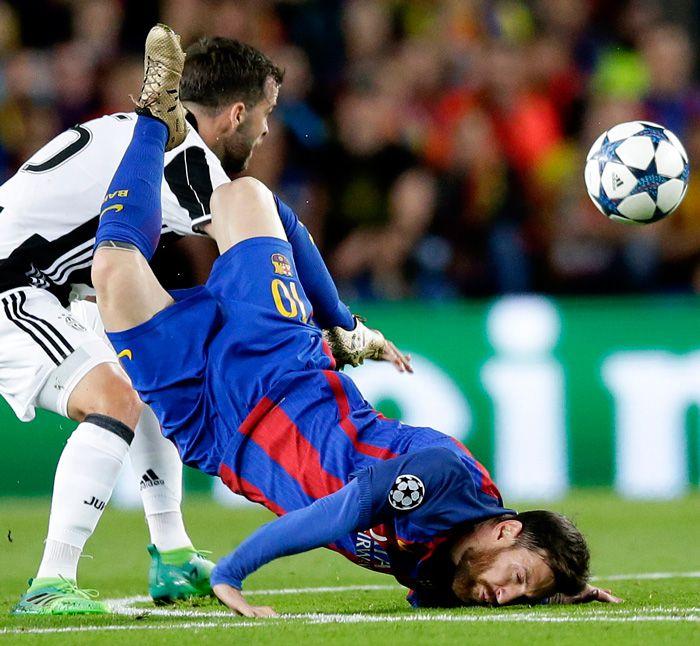 Messi sufre un fuerte impacto contra el césped