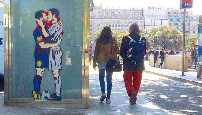 El ' beso' entre Messi y Cristiano hecho en graffiti
