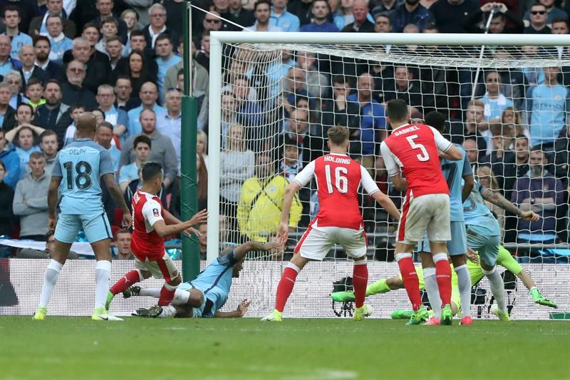 Alexis y el Arsenal siguen soñando de la Champions tras dramático triunfo