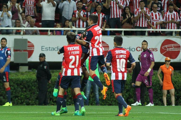 Jugadores de Chivas celebran un gol en un partido