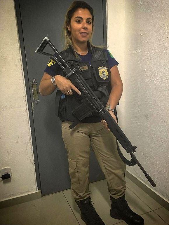 Mari Ag posa con el uniforme de policía