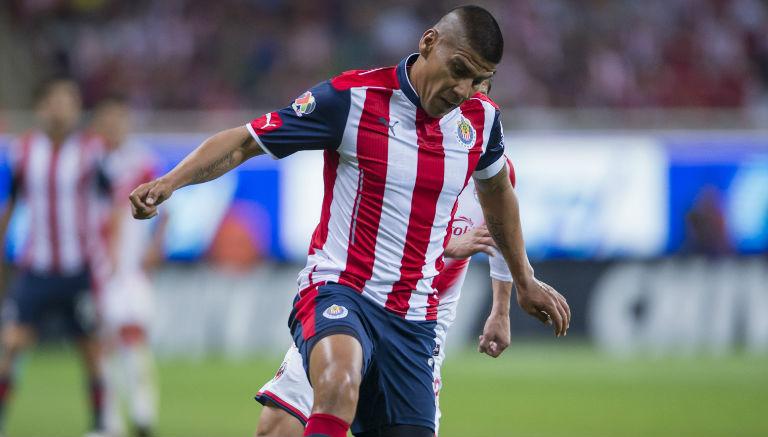 Carlos Salcido controla el balón en un duelo de Liga MX