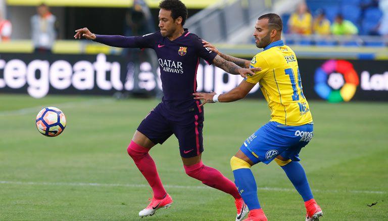 Neymar pelea un balón en el partido frente a Las Palmas