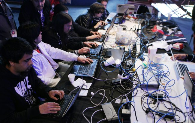 Un grupo de ingenieros en computación trabajando