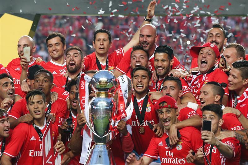 Jugadores del Benfica posan con el trofeo
