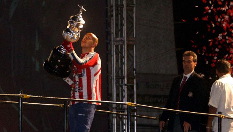 Bautista levanta el trofeo de campeón