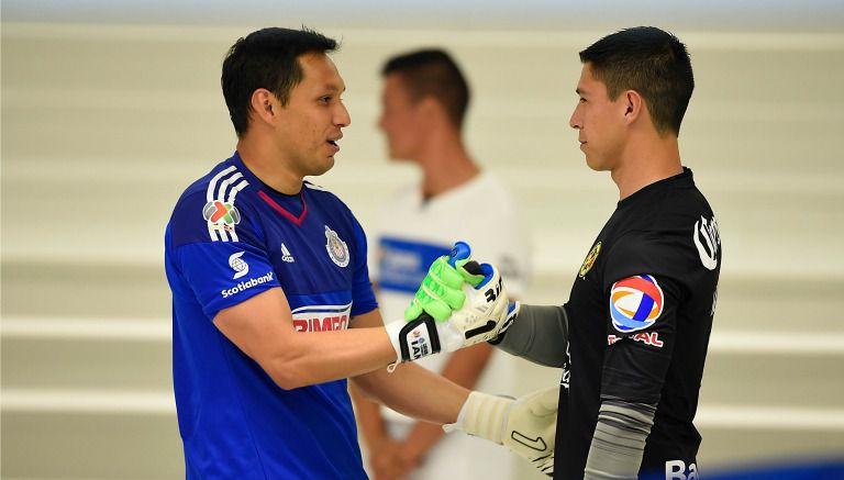 Cota y González se dan la mano previo al Clásico Nacional del C2016