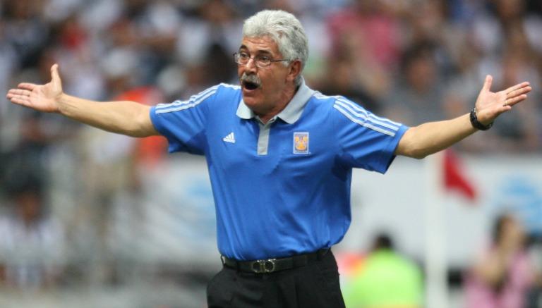 Ricardo Ferretti en un partido de los Tigres