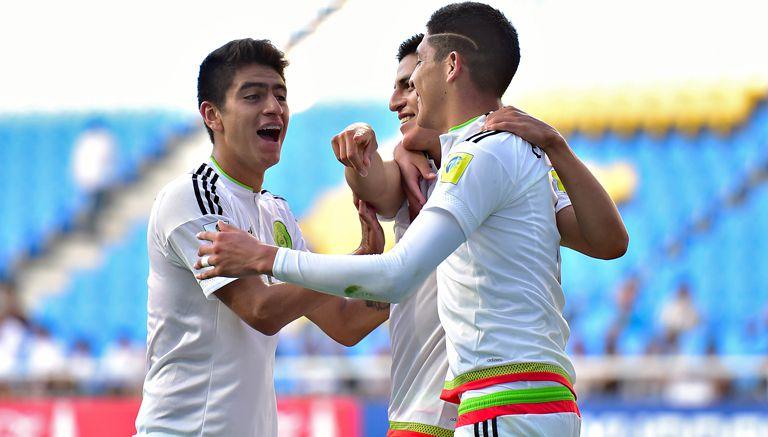 Jugadores del Tri celebran el gol del triunfo contra Senegal