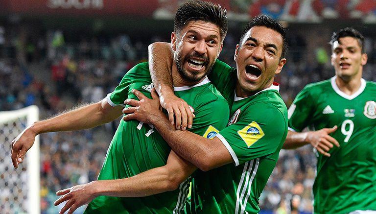 Oribe festeja con Marco Fabián su gol contra Nueva Zelanda