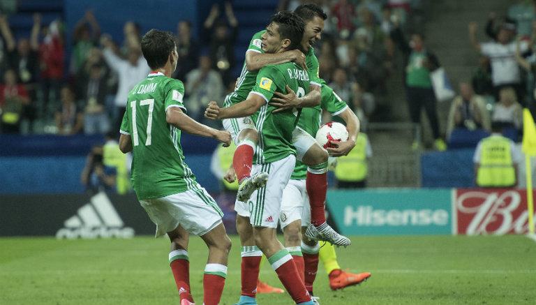 Los jugadores del Tri celebran uno de los goles frente a Nueva Zelanda