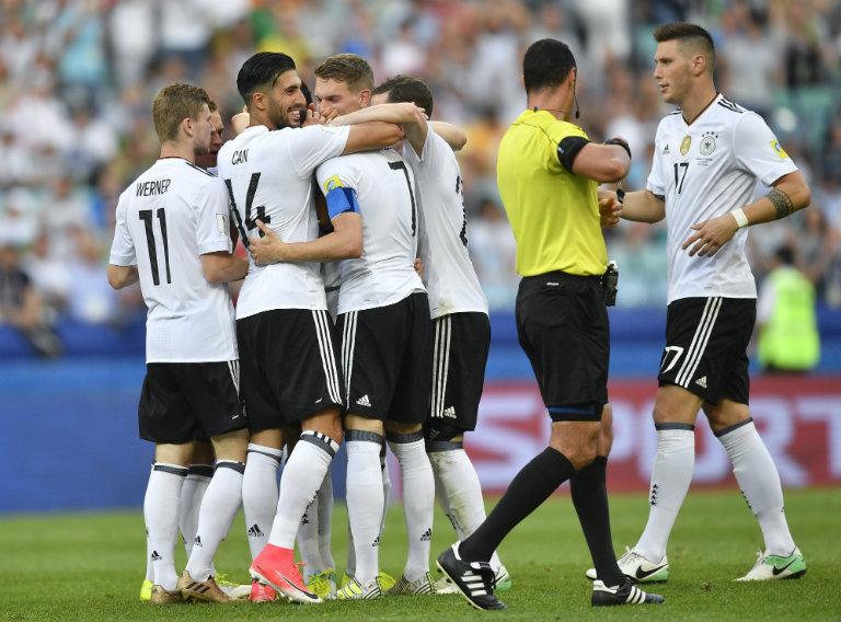 Los futbolistas alemanes festejando el gol de Karem Dermibay