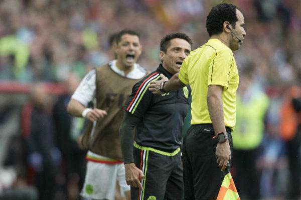 Javier Hernández y un integrante del cuerpo técnico de México reclaman al árbitro