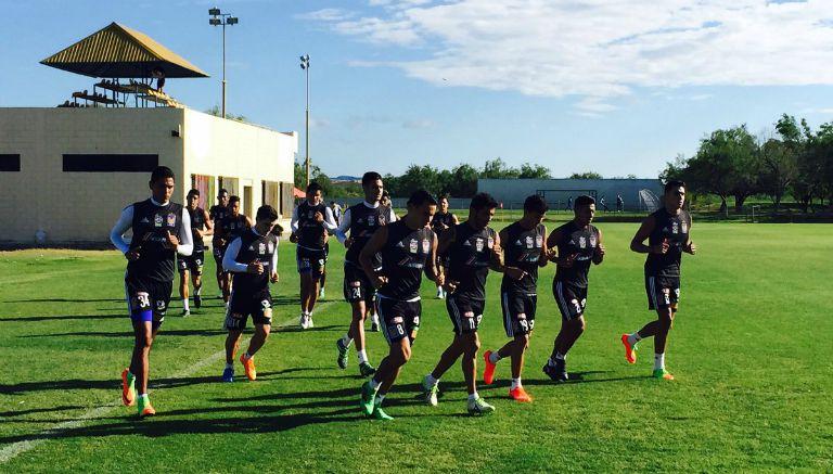 Futbolistas de Tigres trotan en el entrenamiento