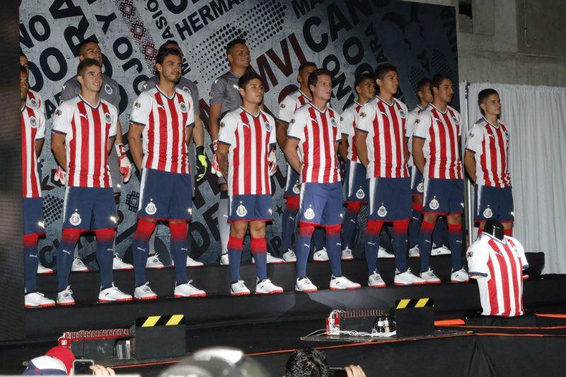 33be95a08d6 Jugadores de Chivas modelan la nueva playera