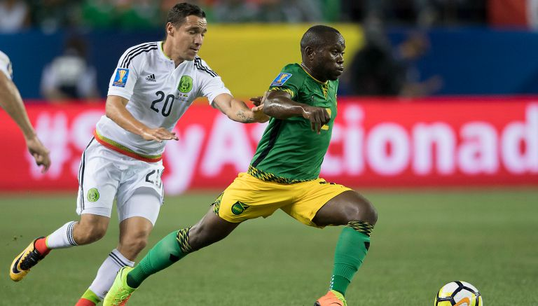 Dueñas pelea por el balón contra un jugador de Jamaica