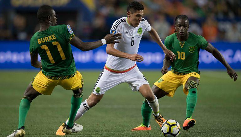 Edson Álvarez pasa a dos jugadores de Jamaica