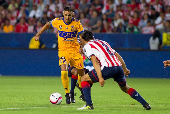 Ismael Sosa durante el juego contra Chivas
