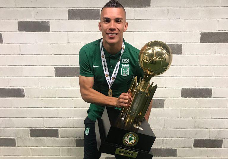 Uribe posa con el título de la Recopa Sudamericana