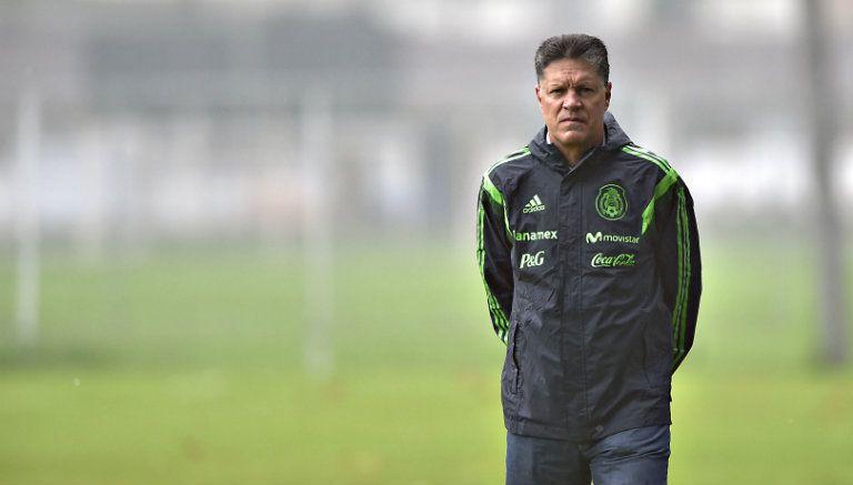 Osorio es recibido con insultos y gritos por aficionados