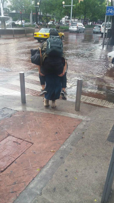 Novia carga a #LadyPrinceso para no mojarse