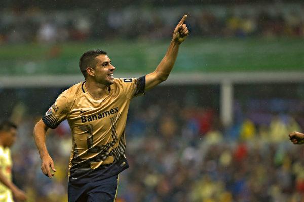Alcoba dedica gol a la tribuna en el Estadio Azteca