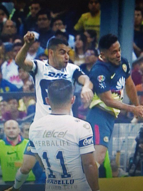 Alcoba y Valdez pelean el balón dentro del área