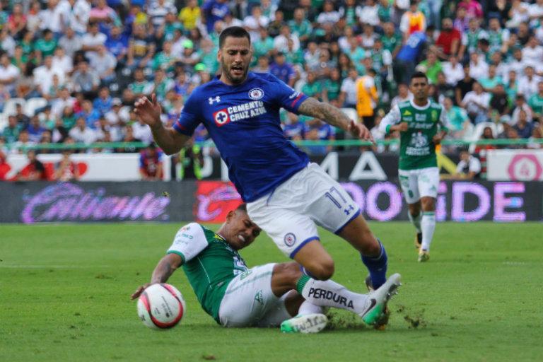 Méndez disputando un balón en el juego frente a León