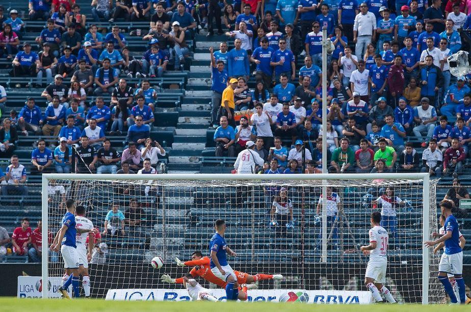García tapa el cabezazo de Mora en la mejor jugada de la primera mitad
