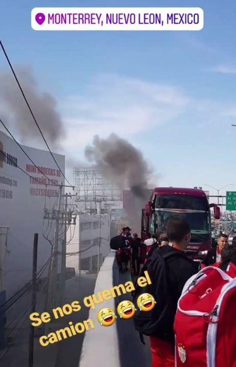Camión de Rayos sacando humo tras incendiarse