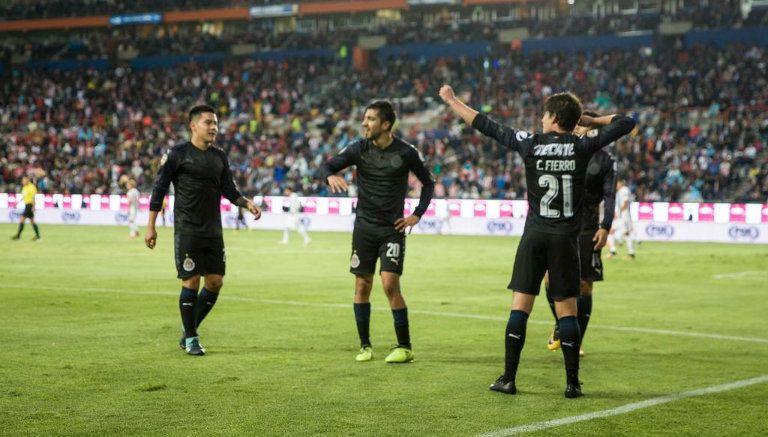 Chivas festeja el gol de Carlos Fierro en el Hidalgo