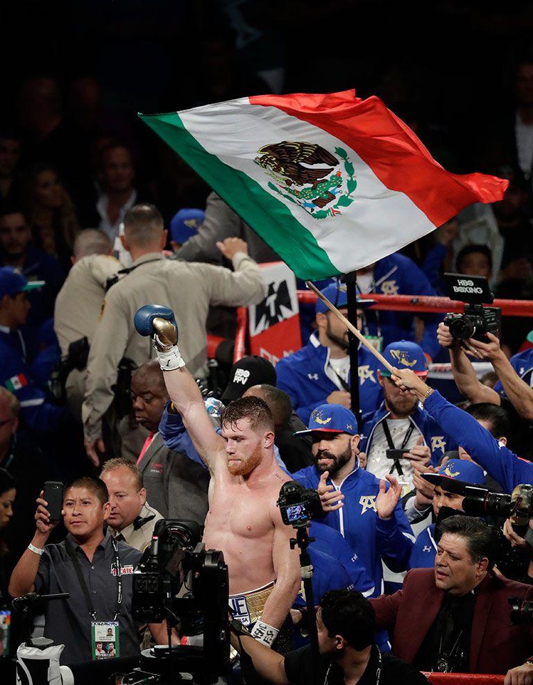 Saúl Álvarez levantó la mano en señal de triunfo
