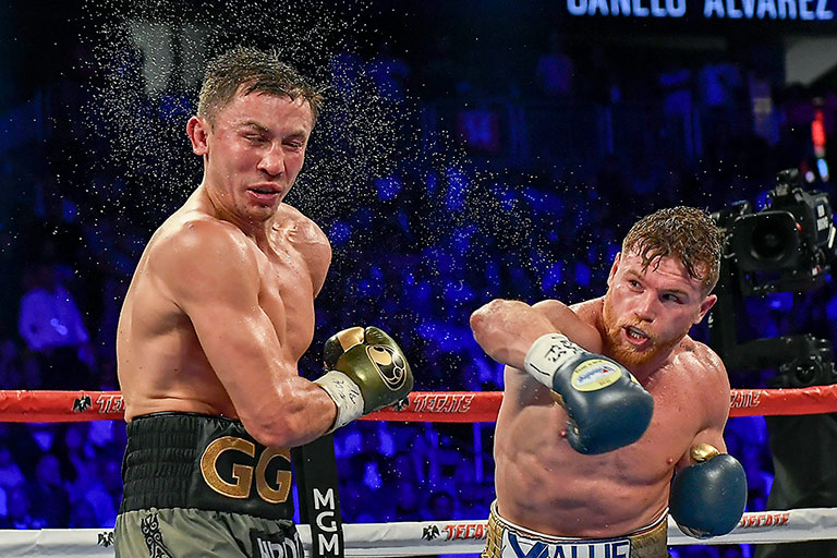 Canelo conecta un buen golpe en el rostro de Golovkin