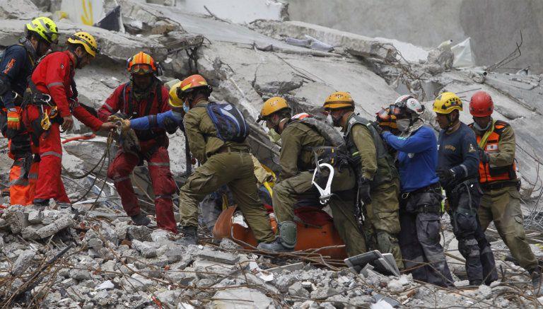 Voluntarios unen fuerzas para remover escombros