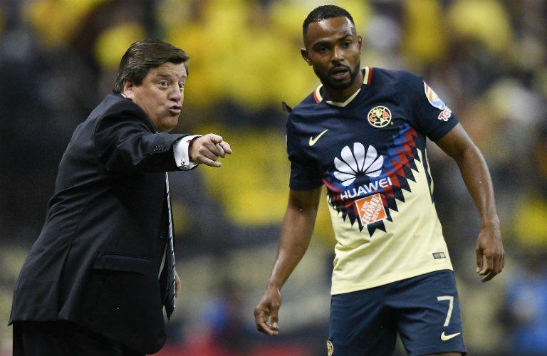 Herrera le da indicaciones a William da Silva durante un juego