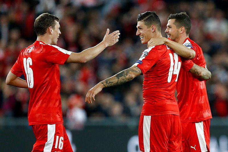 Los suizos se abrazan tras un tanto