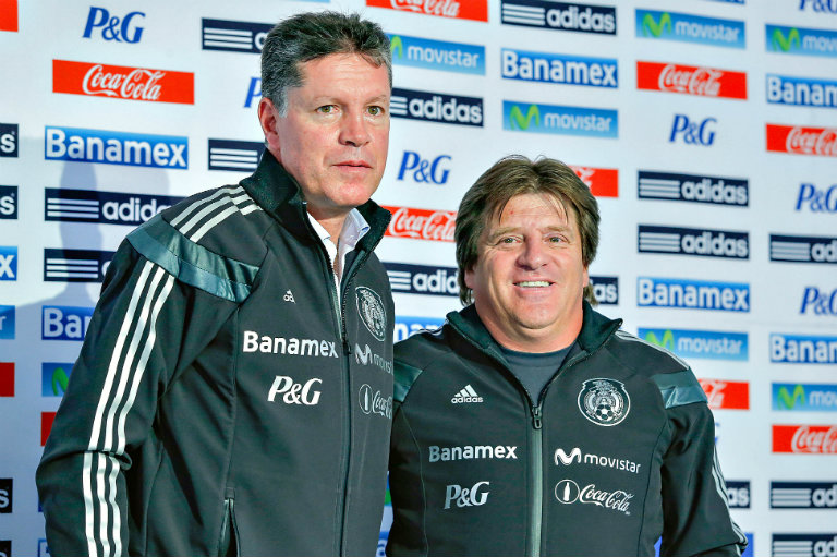 Ricardo Peláez y Miguel Herrera posan en una conferencia de prensa del Tri