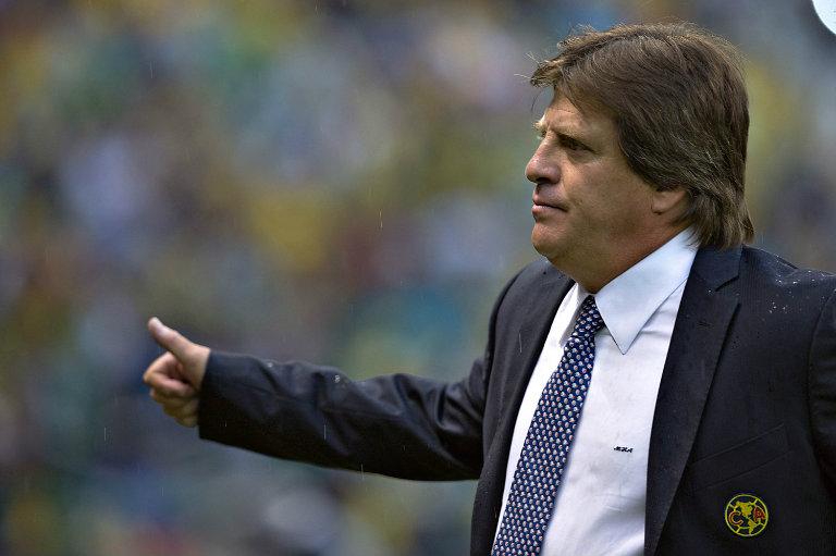 Miguel Herrera da indicaciones durante un partido