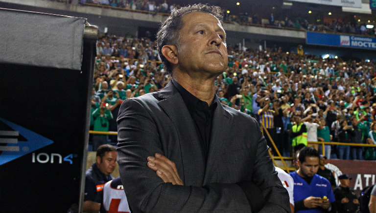 Juan Carlos Osorio observa un juego desde la banca