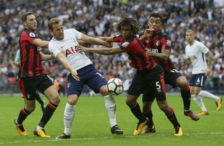 Kane intenta esquivar a la zaga del AFC Bournemouth