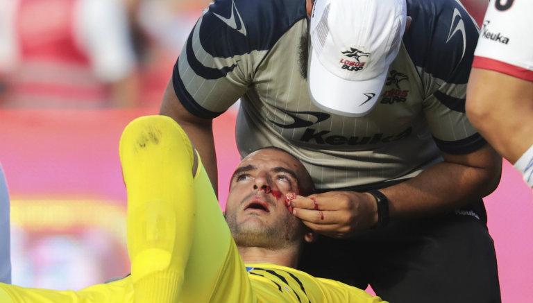 Lucero Álvarez es atendido por un médico después de sufrir el percance