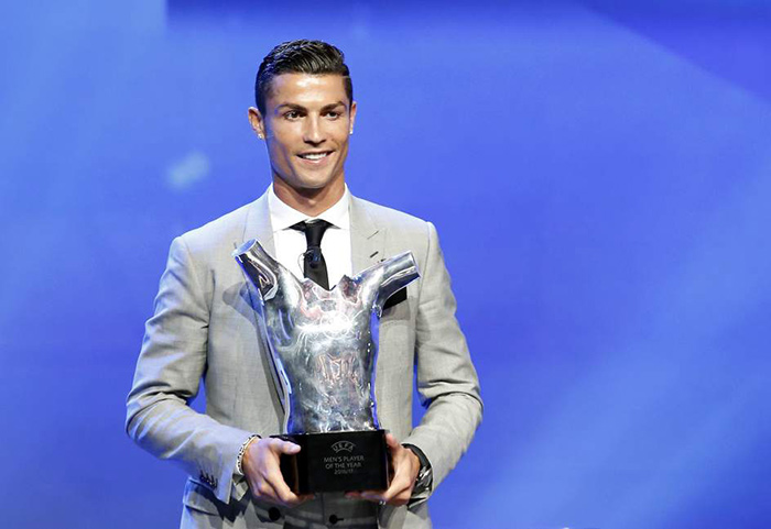 Ronaldo presume su premio como Mejor Jugador de la UEFA en 2017