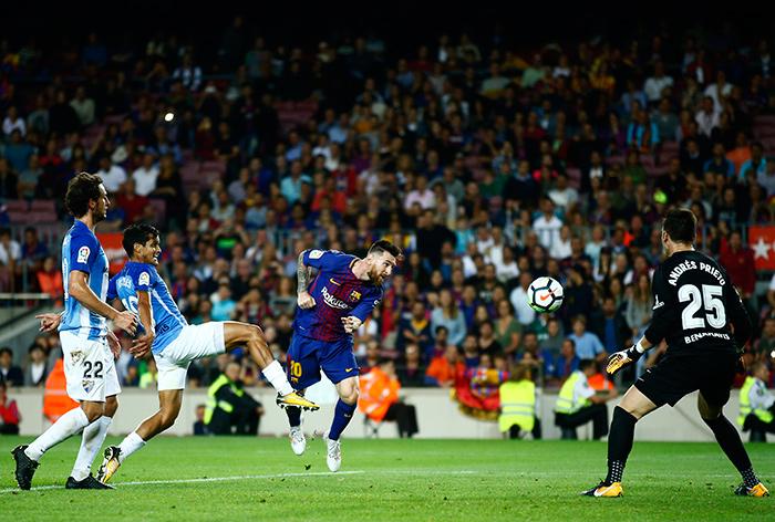 Messi intenta un remate contra el Málaga