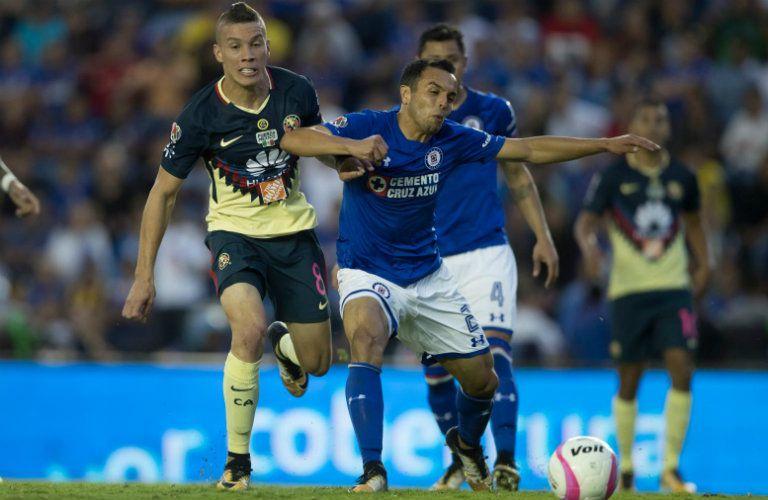 Omar Mendoza le gana la jugada a Mateus Uribe