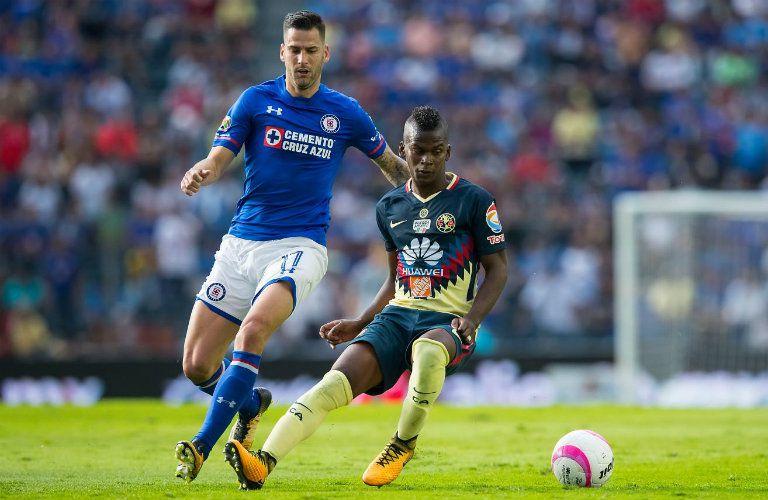 Edgar Mendez pelea el balón contra Darwin Quintero