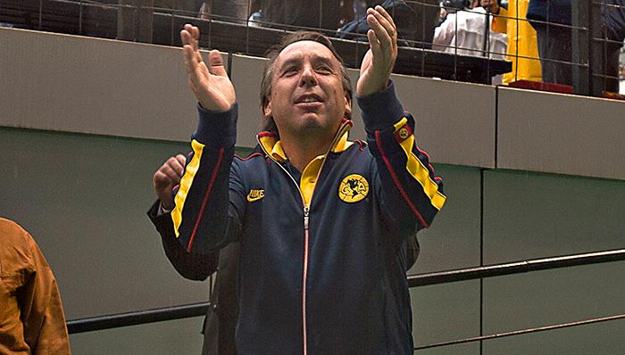 Azcárraga aplaude en el Estadio Azteca