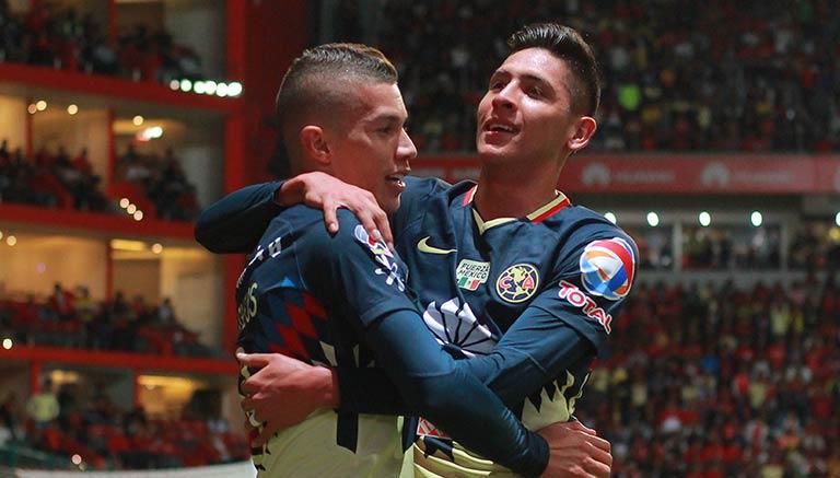 Álvarez y Uribe festejan un gol
