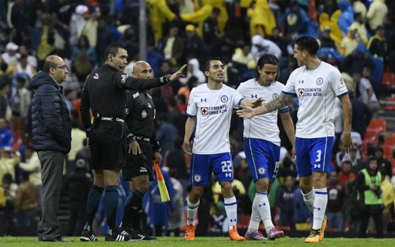 Enzo Roco reclama al árbitro central en el juego contra América