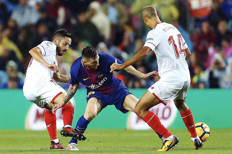 Messi disputa un balón en el Barça vs Sevilla