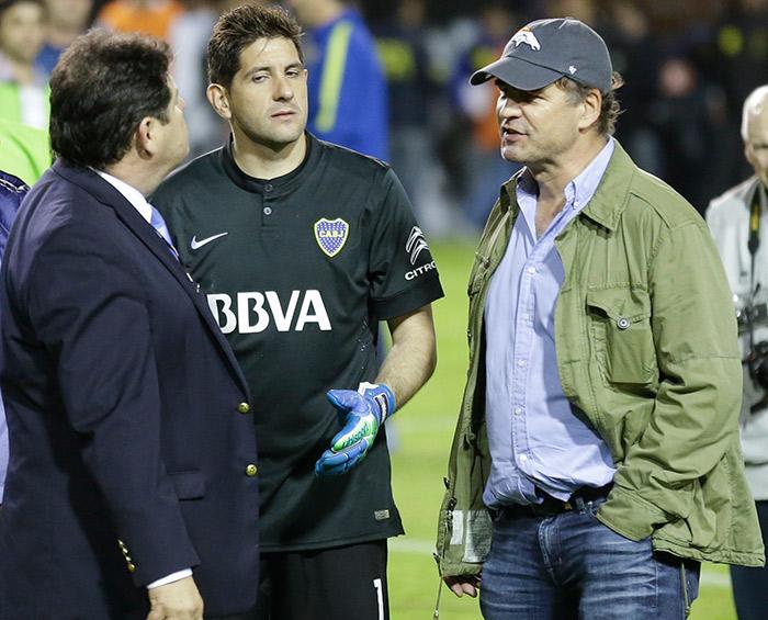 Alejandro Burzaco platica durante un juego de Boca Juniors